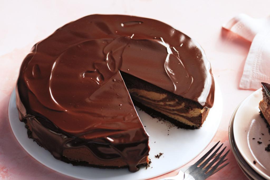 Шоколадная глазурь сладко украсит десерт