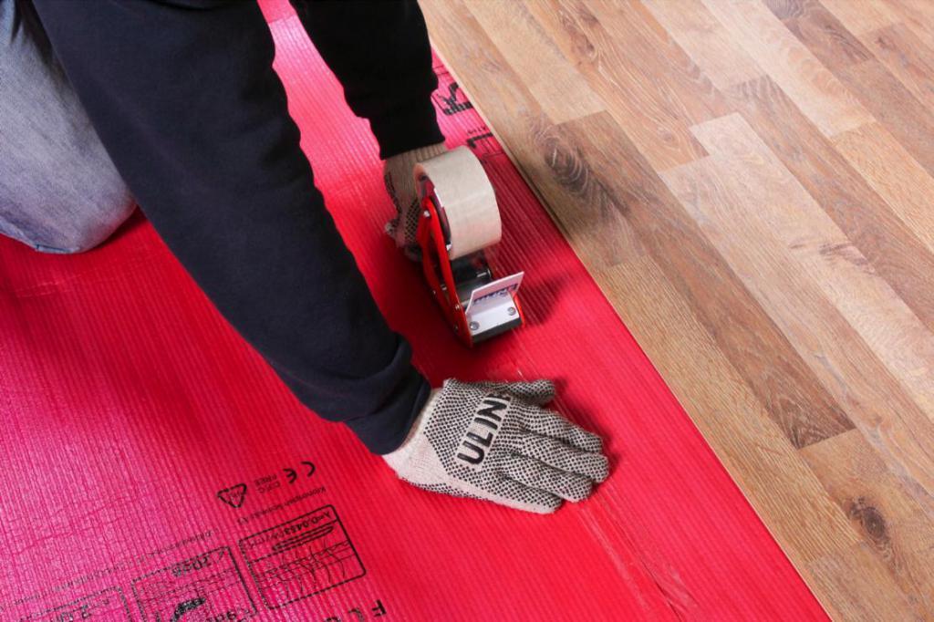 постепенный монтаж напольного покрытия