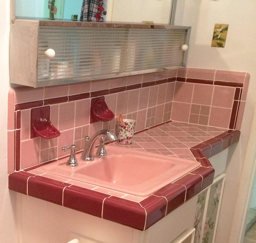 столешница в ванной из плитки с раковиной