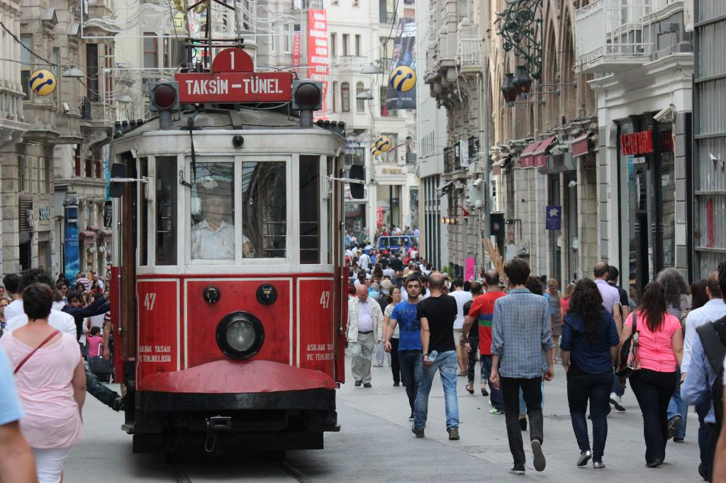 Трамвай на улице Истикляль в Стамбуле