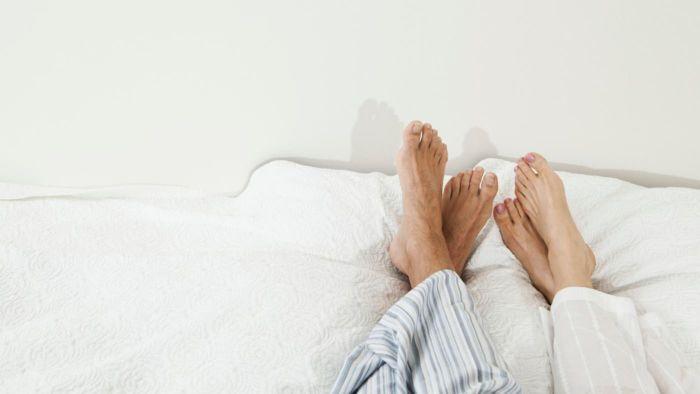 Почему чешется левая стопа ноги посередине?