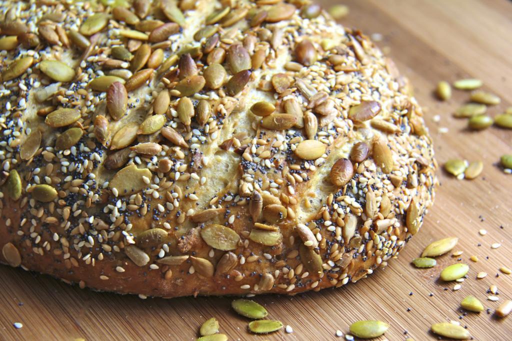 Хлеб можно посыпать семенами
