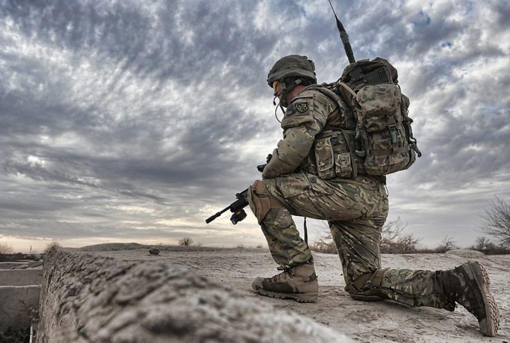 Солдат присел на одно колено
