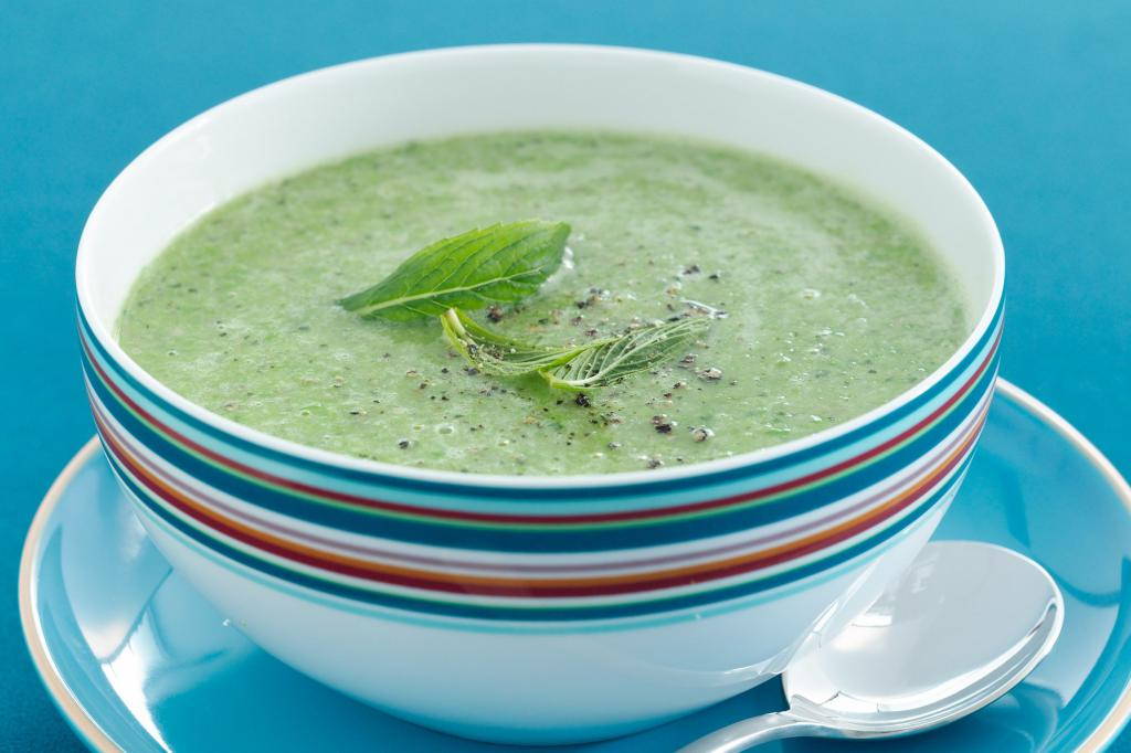 Подавайте крем-суп с мятой