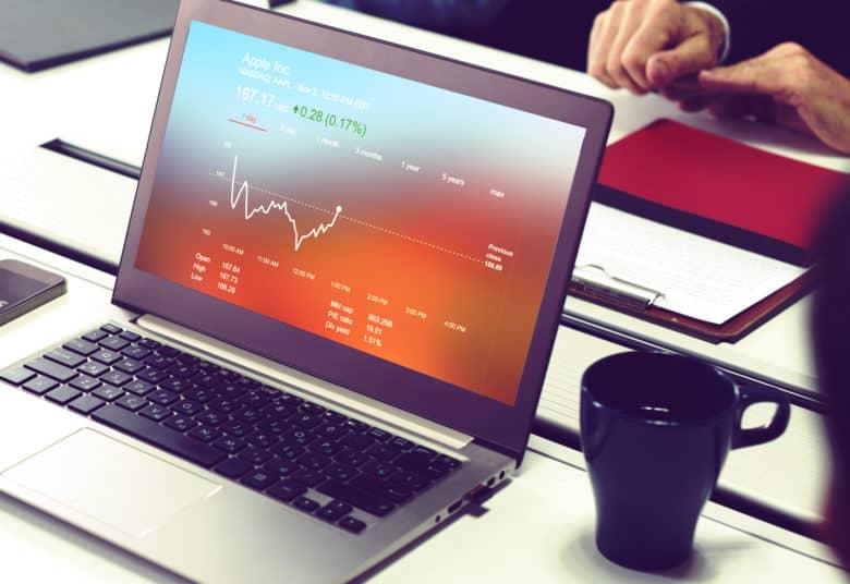 Ноутбук и чашка кофе - все, что нужно для заработка на файлообменниках