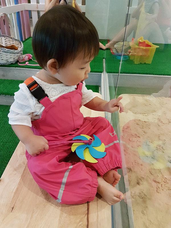 ребенок возле песочницы