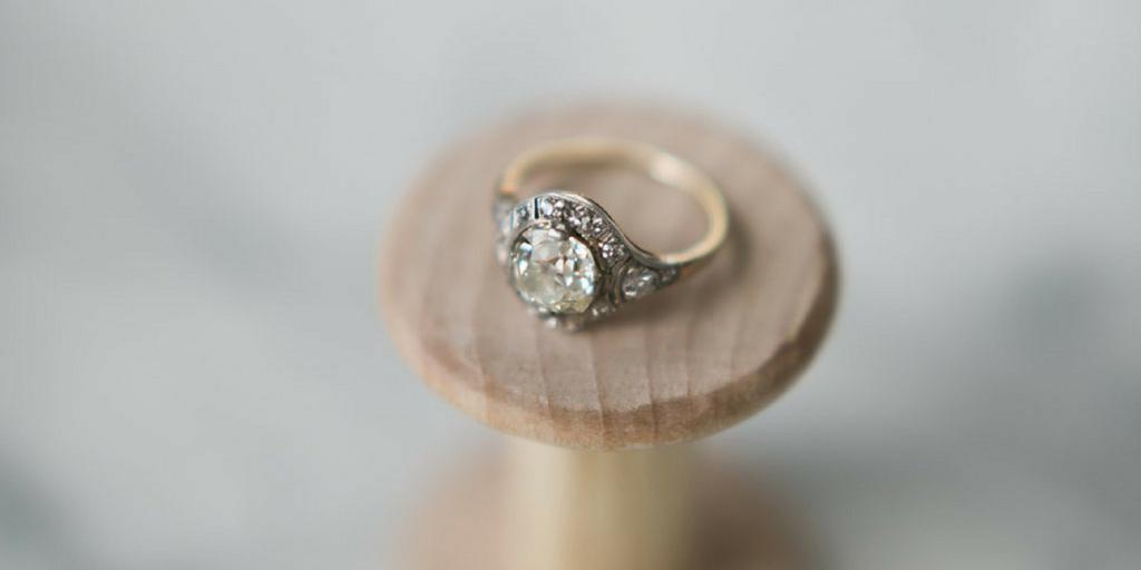 выпал камень из помолвочного кольца