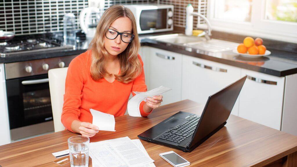 женщина оплачивает задолженность