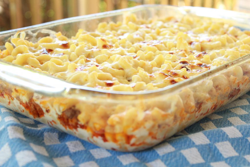 Запекайте спагетти с соусом в духовке