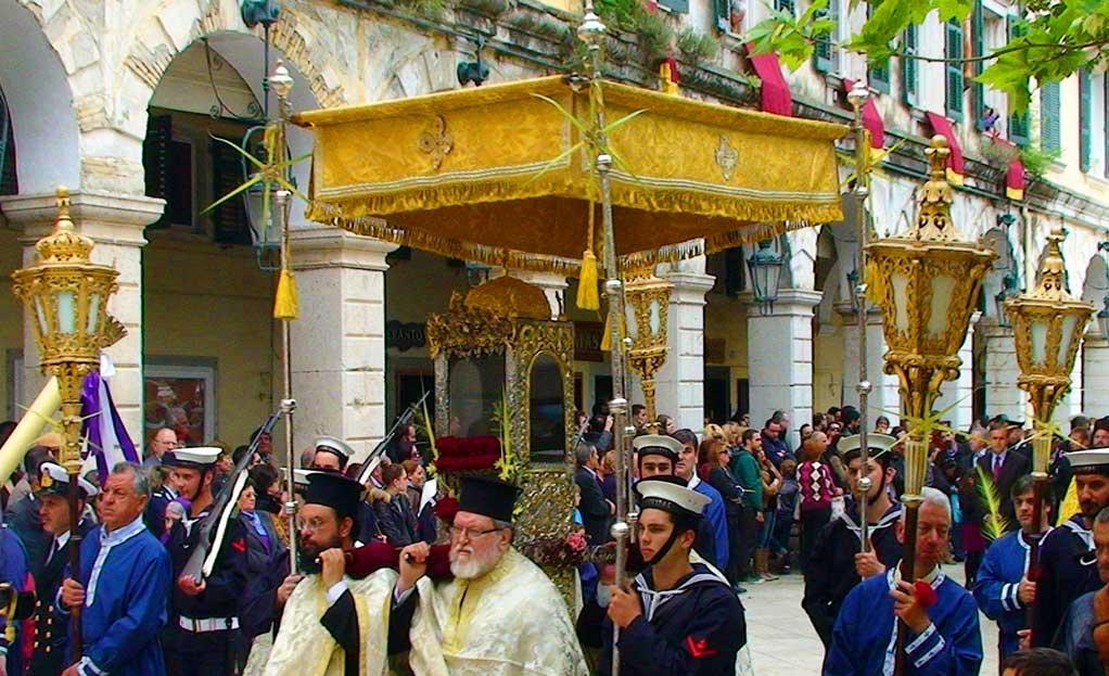 Праздничное шествие с мощами