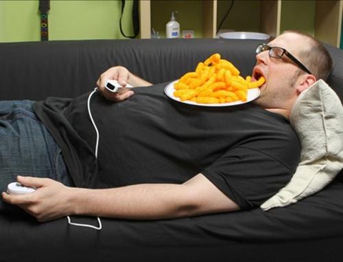 мужчина на диване с тарелкой еды