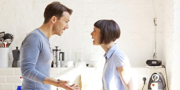 мужчина и женщина кричат