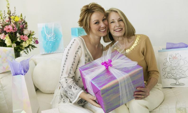 Что подарить на день рождения пожилой женщине