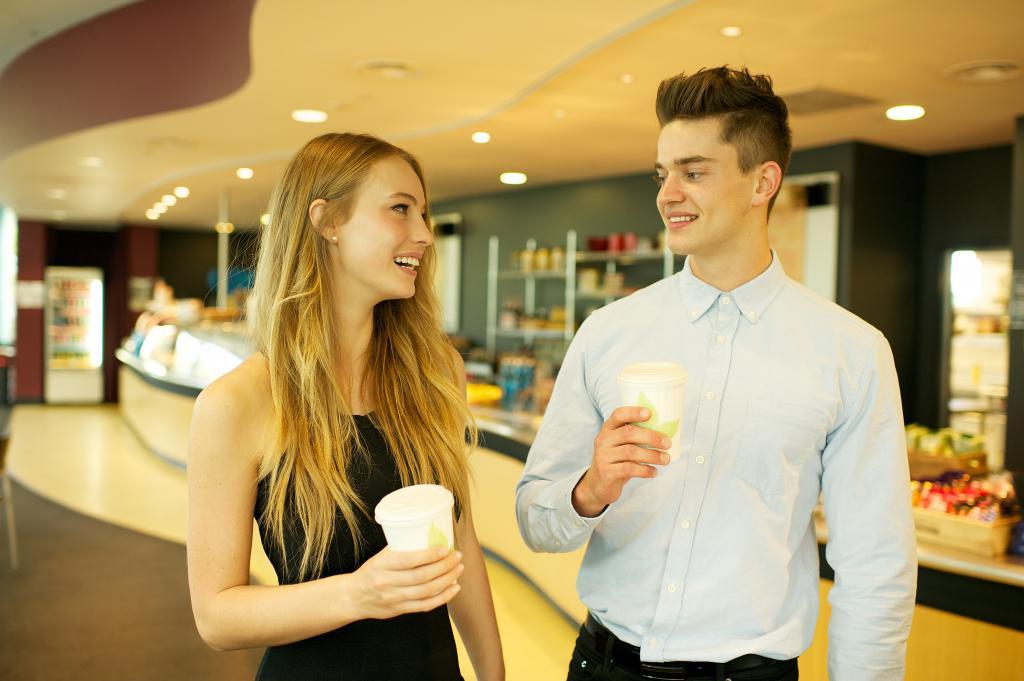 Мужчина и женщина общаются