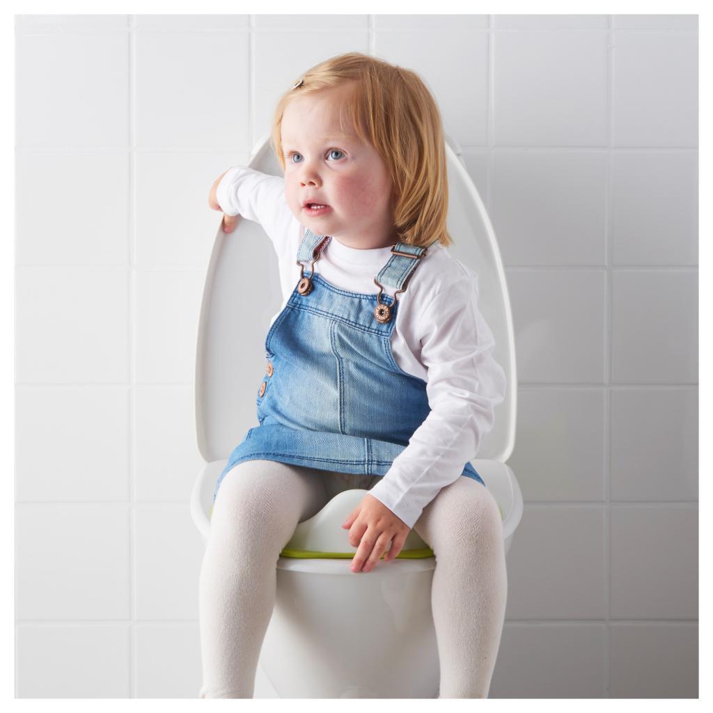 Девочка сидит на унитазе