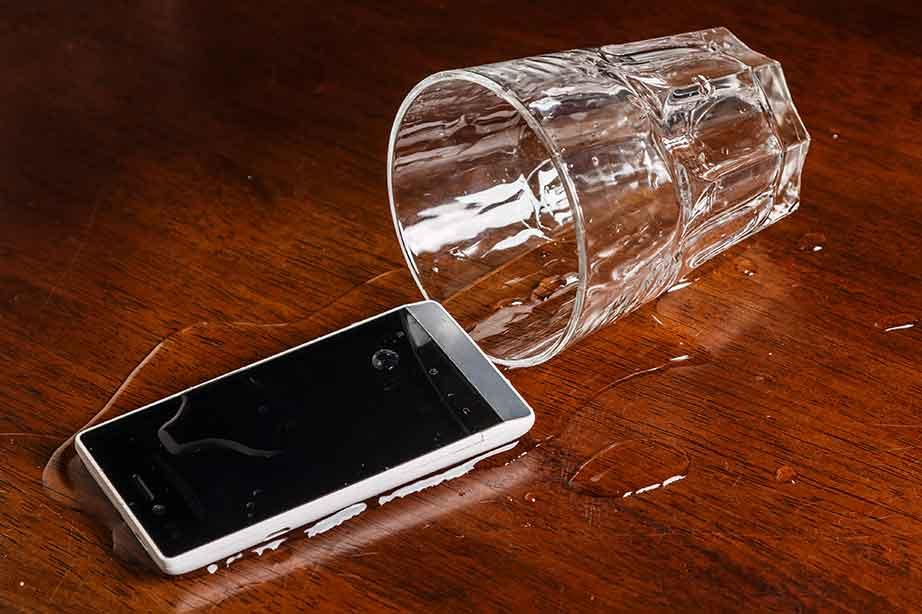 Телефон возле стакана