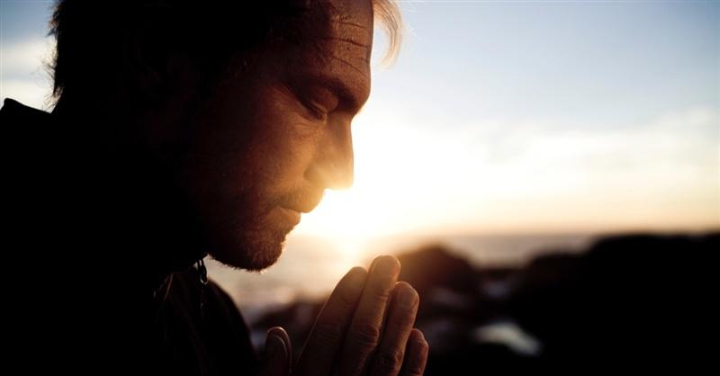 Человек читает молитву