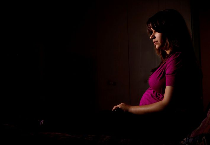 Беременная женщина в темноте