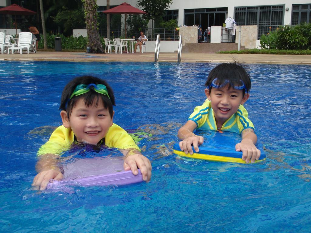 дети плавают с досками