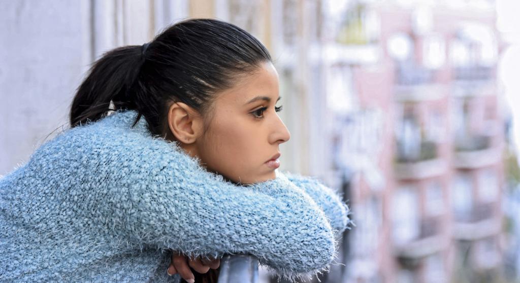 девушка стоит на балконе