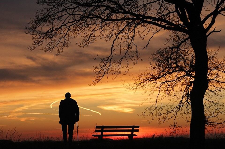 человек на закате солнца