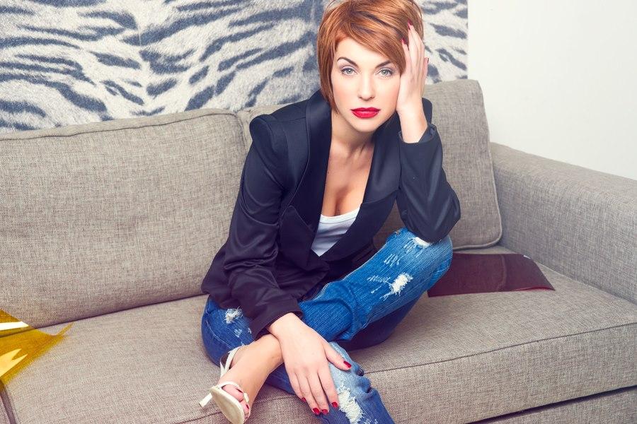 Анна на диване