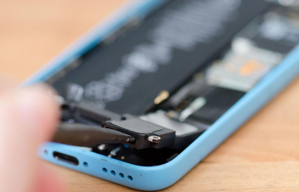 хрипит динамик на телефоне из-за механического повреждения