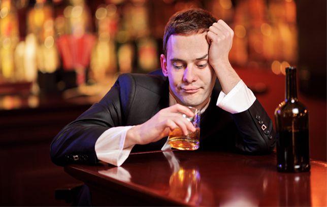 парень пьет