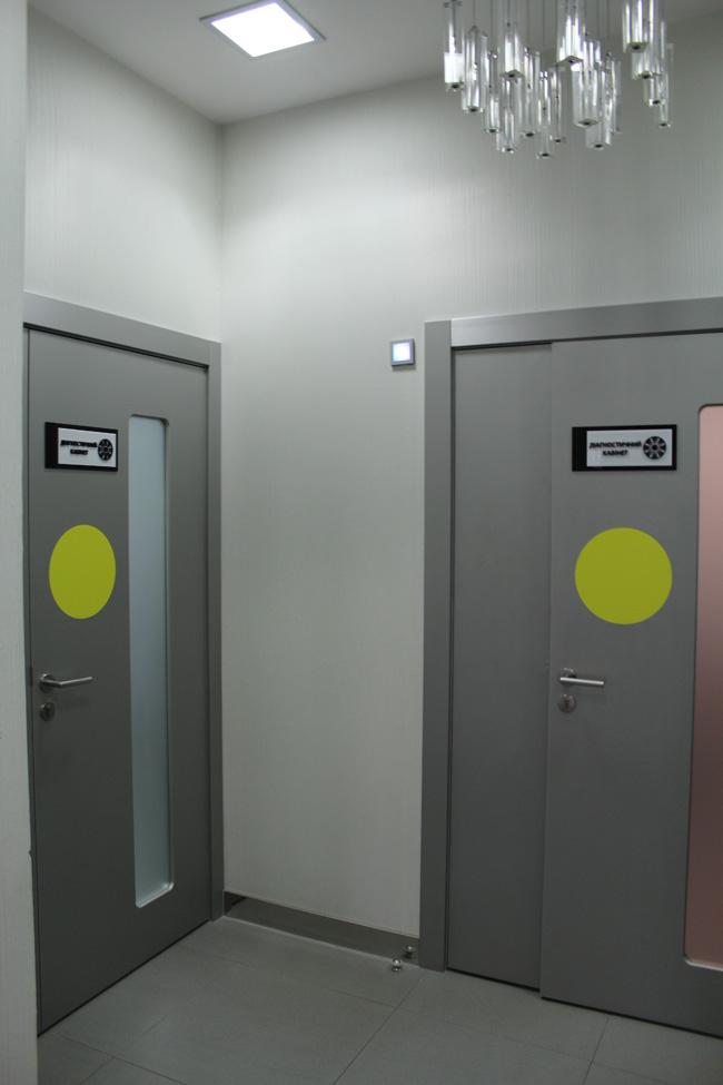 Маркировка непрозрачных внутренних дверей в здании