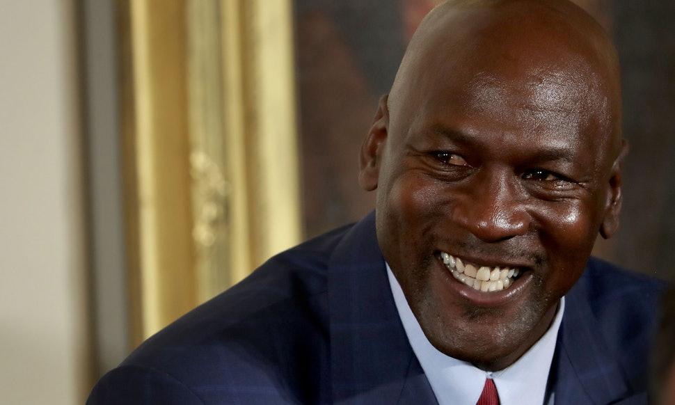 Майкл Джордан улыбается
