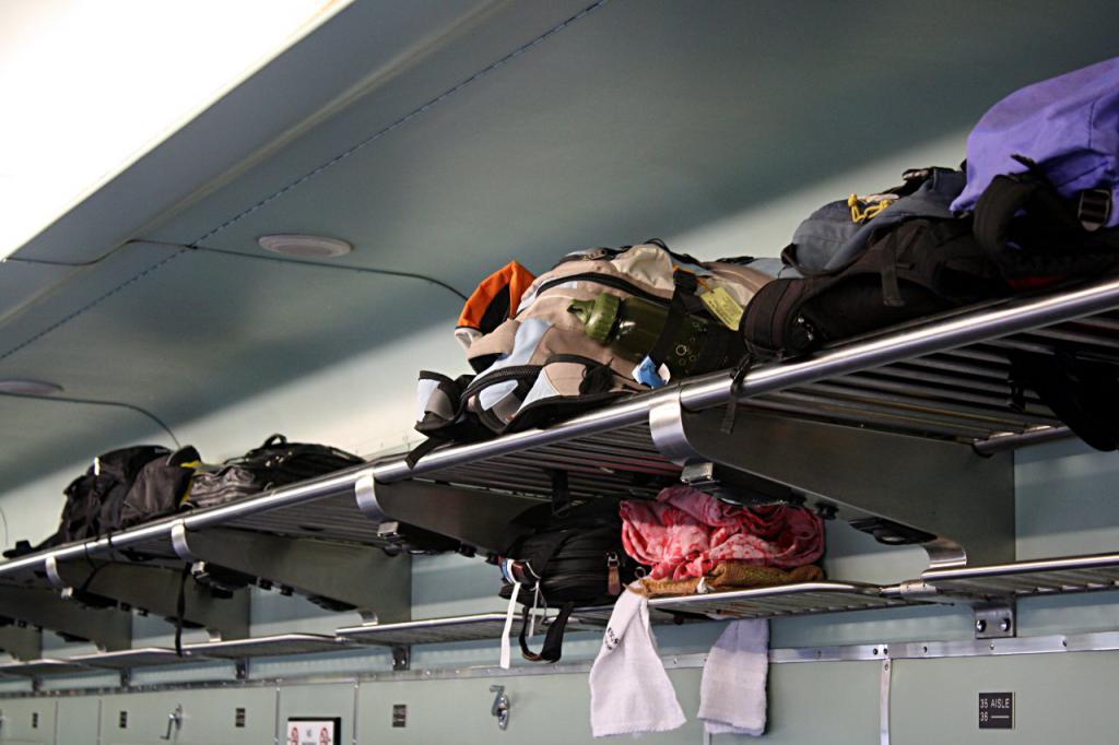 Вещи на багажной полке