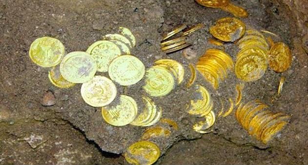 Монеты в земле