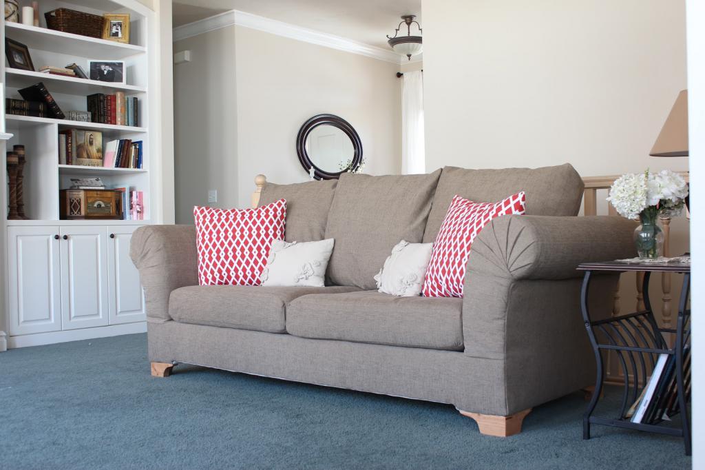 стильный бежевый диван