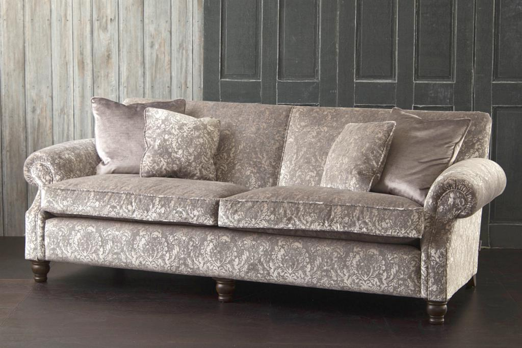 велюровый диван в интерьтре