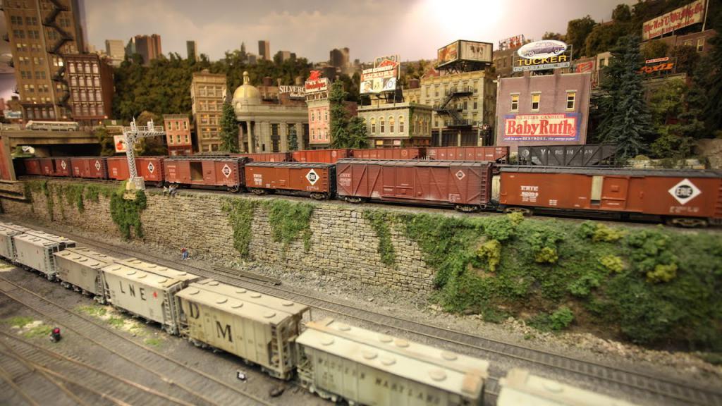 Модели поездов и зданий