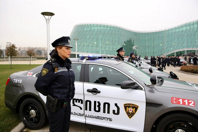 сотрудники на фоне здания полиции