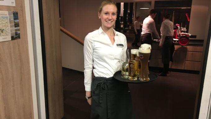 Официантка с пивом
