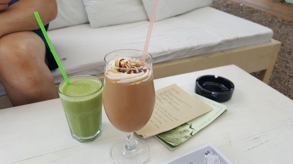 Зеленый и коричневый коктейль на столе