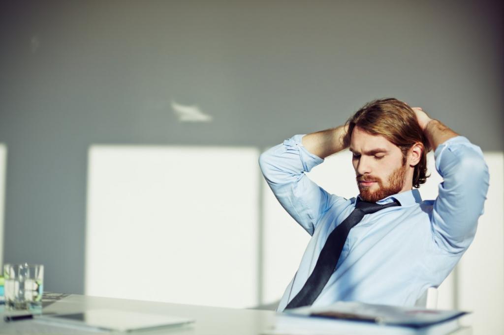 Человек сидит за рабочим столом
