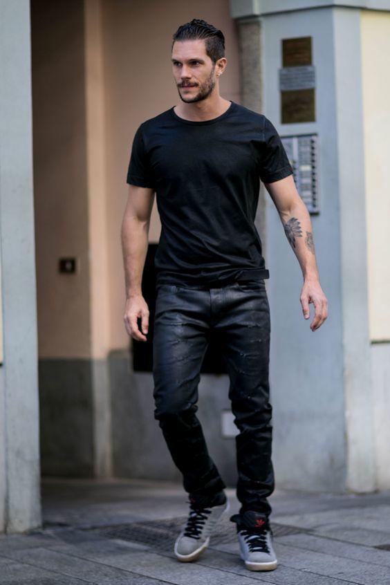 Черная футболка и джинсы