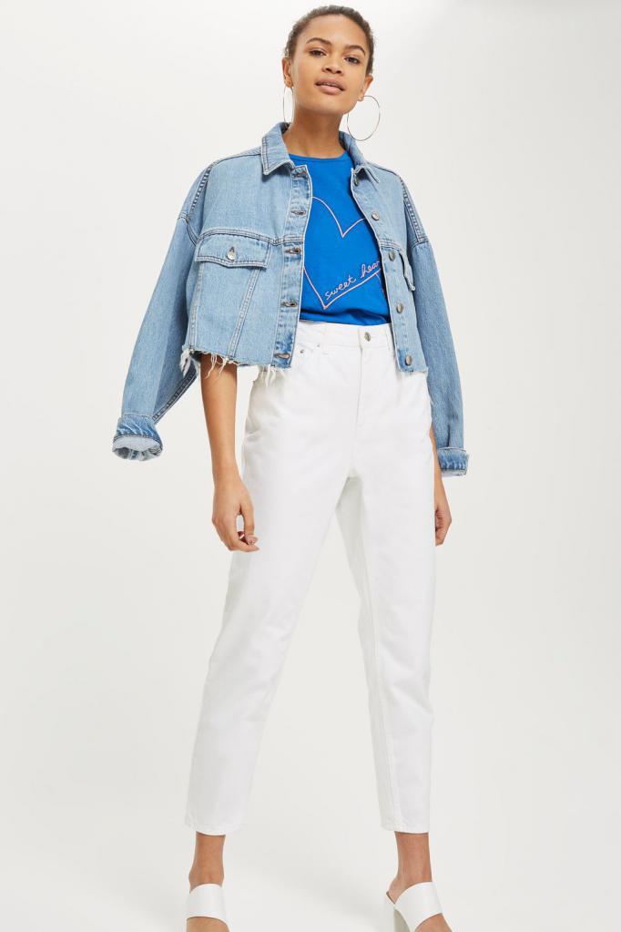 Белые джинсы и голубая футболка