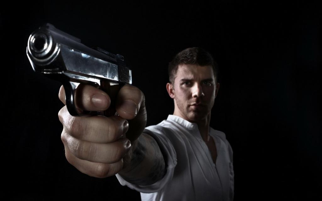 парень с оружием