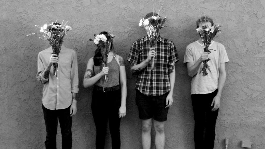Люди стоят с цветами