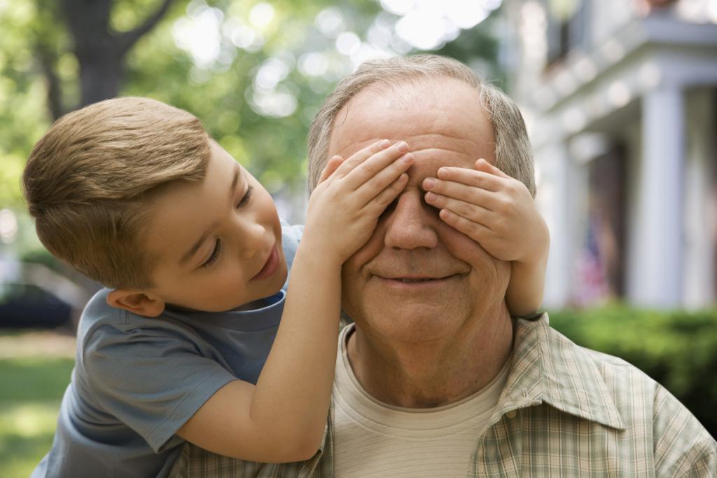 Что подарить пожилому человеку на праздник от внуков
