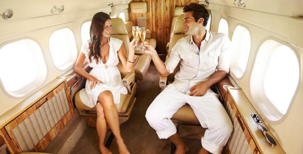 Парень и девушка в богатом самолете