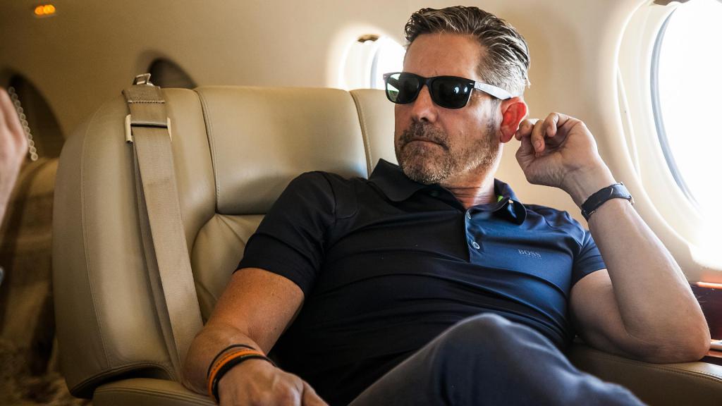 Мужчина сидит в самолете