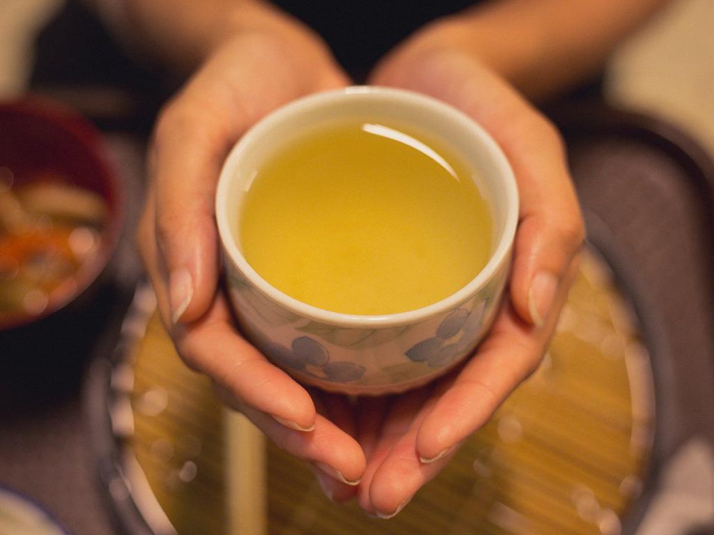 В руках чашка чая