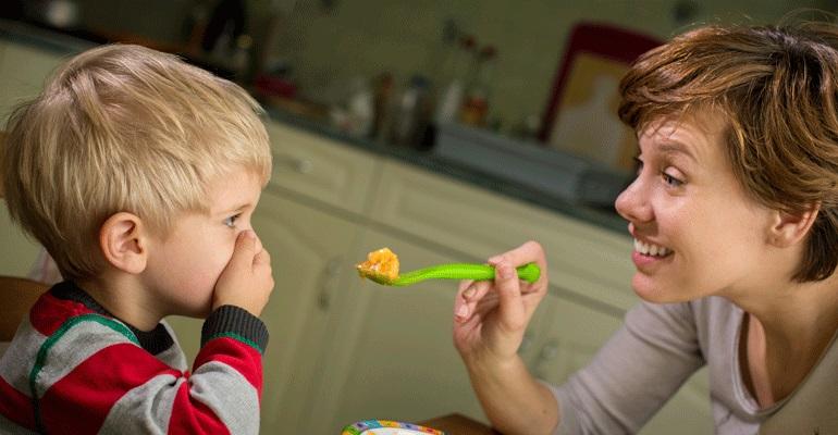 Как приучить ребенка жевать твердую пищу