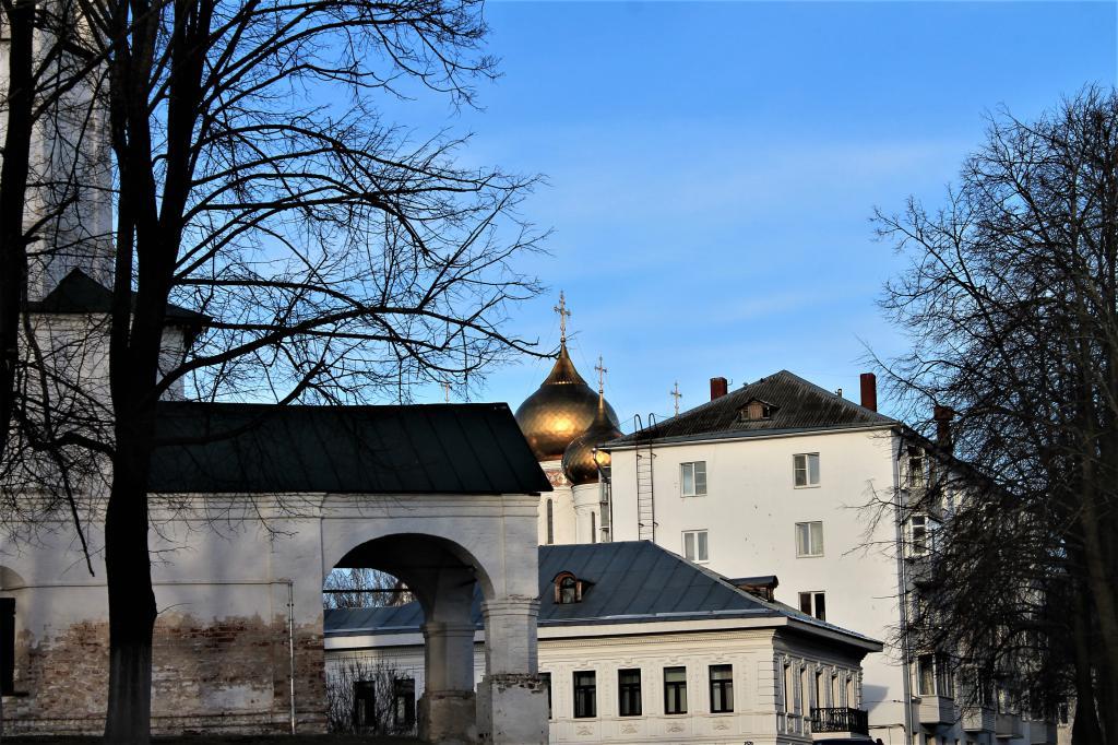 Церковные купола между домами
