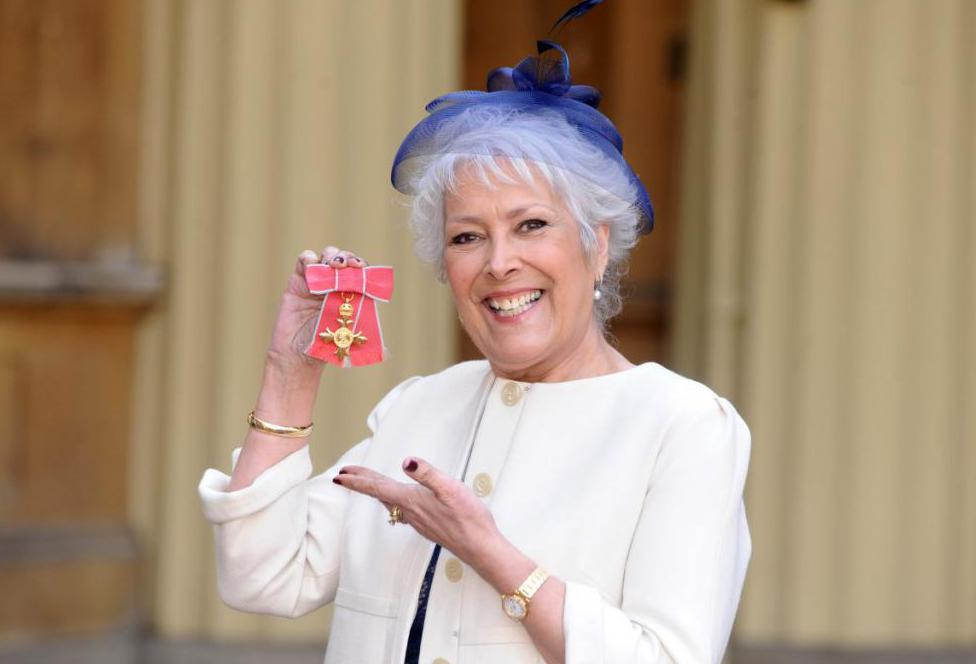 Линда Беллингем с Орденом Британской империи